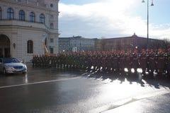 Żołnierze Austriacki wojsko na strażniku honoru prowadzenie omijanie rzędu pojazdami Jeden wejścia Hofburg P obraz stock