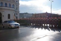 Żołnierze Austriacki wojsko na strażniku honoru prowadzenie omijanie rzędu pojazdami Jeden wejścia Hofburg P zdjęcia royalty free
