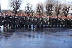 Żołnierze Austriacki wojsko na strażniku honoru prowadzenie omijanie rzędu pojazdami Jeden wejścia Hofburg P zdjęcia stock