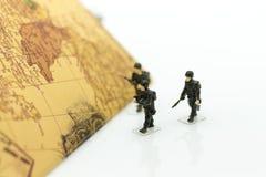 Żołnierze chodzi na kraj mapie, obowiązek utrzymuje ludzi i kraju fotografia stock