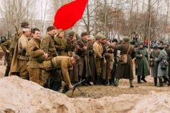 Żołnierze Czerwony wojsko z flaga po bitwy Gomel, obraz royalty free