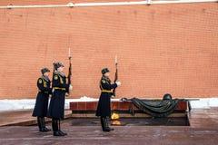 Żołnierze Kremlowski pułk przygotowywają odjeżdżać od wiecznie ogienia i grobowa Niewiadomy żołnierz obrazy royalty free