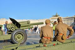 Żołnierze są odpoczynkowi na armatniego frachtu pistoletach wielki klepnięcie Zdjęcie Stock