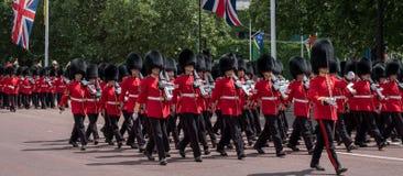 Żołnierze w tradycyjnym jednolitym marszu puszku centrum handlowe w Londyn podczas Gromadzić się Colour parada obraz stock