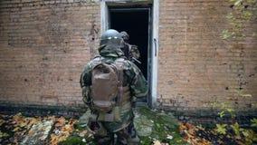Żołnierze wchodzić do dom zdjęcie wideo