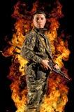 Żołnierzy stojaki z pistoletem w jego ręce fotografia royalty free