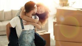 Żona i mąż jesteśmy szczęśliwi ruszać się nowy dom fotografia royalty free
