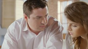Żona i mąż kalkuluje rodzinnego budżet, niska pensja, żadny pieniądze zbiory
