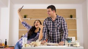 Żona opowiada selfies podczas gdy jej ukochani mężów kucharzi obrazy stock