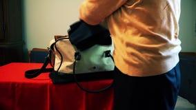 Żona pakujący materiał w torbie zdjęcie wideo