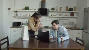 Żony łajania męża hazard na laptopie w kuchni zbiory wideo