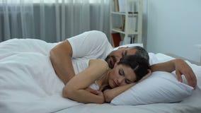 Żony zamyślenia lying on the beach w łóżku, kobieta utrzymuje tajną od jej męża, żal zbiory
