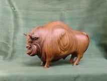 Żubr, rzeźba drewniany Karagach zdjęcia royalty free