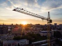 żuraw, budowa żurawie nad plac budowy sylwetką z dramatycznym niebem w wieczór tle, technologia transport zdjęcia royalty free