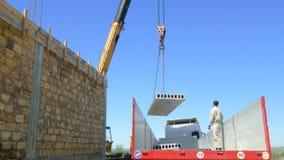 Żuraw podnosi betonową płytę od ciężarowego ciała zdjęcie wideo