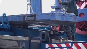 Żuraw podnosi ciężkiego żelaznego szczegół klamerka Przemysłowy żelazny wielki metalu kętnara żuraw z haczykiem wspinał się na po zbiory wideo