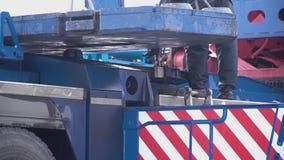 Żuraw podnosi ciężkiego żelaznego szczegół klamerka Przemysłowy żelazny wielki metalu kętnara żuraw z haczykiem wspinał się na po zdjęcie wideo