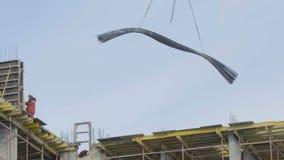 Żuraw pracuje drymb rozładowywać Pracujący żuraw podnosi drymbę obraz stock