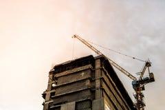 Żurawia i budynku budowa z błękitem Chmurnieje niebo obrazy stock