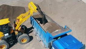 Żwir dostaje stawia w ciężarówki ciało ciągnikiem zbiory wideo