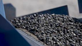 Żwir lub asfalt ruszamy się wzdłuż ścieżki w asfaltowej fabryce Asfaltowy robić outside zdjęcie wideo