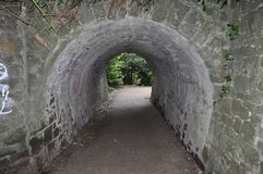 Żwiru footpath iść przez kamiennego tunelu zdjęcie stock