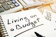 Żyć na budżecie ręcznie pisany na notatce Domów finanse fotografia royalty free