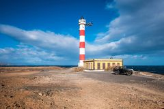 Żyć w itny domowej latarni morskiej blisko oceanu Obrazy Royalty Free