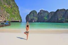 Żyłuje starszy kobiety hatha joga na plaży Obraz Royalty Free