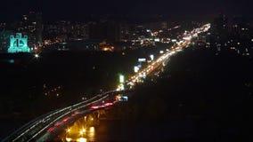 Życia nocnego miasta timelapse, samochody rusza się przez rzeka most zaświeca zbiory