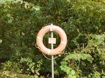 Życia zbawczy boja na metalu stojaka poczta blisko jeziora obrazy stock