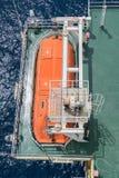 Życie łódź lub przetrwania rzemiosło przy przegląd stacją ropa i gaz zakwaterowanie platforma zdjęcie royalty free
