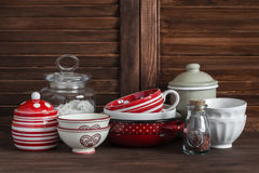 życie ciągle kuchenny Rocznika crockery - słój mąka, ceramiczni puchary, niecka, emaliujący słój, sos łódź Na ciemnego brązu drew Obrazy Stock