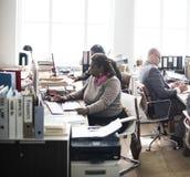 Życie codzienne ludzie biznesu przy biurem zdjęcie royalty free