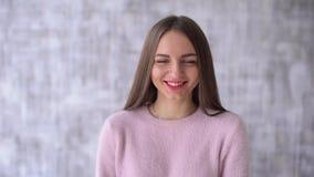 Życie jeden śliczny dziewczyny lub nastolatka zbliżenie Uśmiech przyjemności indoors w domu pokój Świeża skóra i czysta cera chło zbiory wideo
