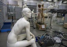 Życie mannequins w pustym sklepie zdjęcie stock