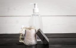 życie spa wciąż Aromat oliwi, kamienie, mydło, morze sól i szampon na drewnianym tle, Fotografia Stock