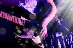 Życie stylu wizerunek zakończenie w górę młodej męskiej gitarzysta ręki, bawić się zdjęcia stock