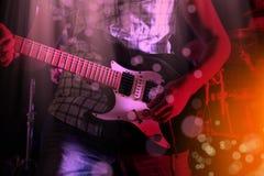 Życie stylu wizerunek zakończenie w górę młodej męskiej gitarzysta ręki, bawić się obrazy stock