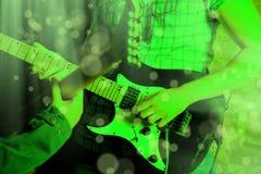 Życie stylu wizerunek zakończenie w górę młodej męskiej gitarzysta ręki, bawić się fotografia stock
