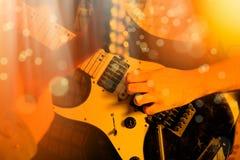 Życie stylu wizerunek zakończenie w górę młodej męskiej gitarzysta ręki, bawić się obrazy royalty free