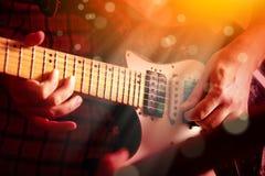 Życie stylu wizerunek zakończenie w górę młodej męskiej gitarzysta ręki, bawić się zdjęcia royalty free
