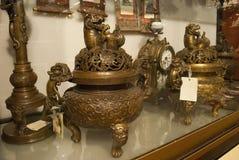 Życie z Chińskimi antyka brązu wazami i zegarem zamkniętymi w górę fotografia stock