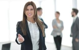 Życzliwa biznesowa kobieta trzyma out jej rękę dla uścisku dłoni zdjęcia stock