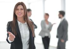 Życzliwa biznesowa kobieta trzyma out jej rękę dla uścisku dłoni zdjęcia royalty free