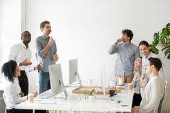 Życzliwa różnorodna drużyna ma zabawę podczas przerwa na lunch obraz royalty free