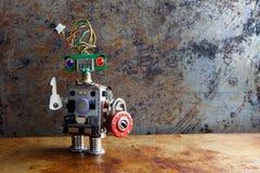 Życzliwa robot zabawka z kluczową kłódką na rocznika tle Zdjęcia Stock