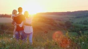 Życzliwa rodzina wydaje czas w naturze, ściska zmierzch i cieszy się, zbiory