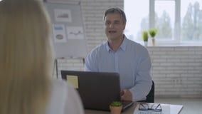 Życzliwego męskiego pracodawcy handshaking powitalny nowy pracownik po pomyślnego akcydensowego wywiadu, uśmiechnięty biznesmena  zbiory wideo