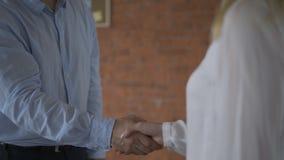 Życzliwego męskiego pracodawcy handshaking powitalny nowy pracownik po pomyślnego akcydensowego wywiadu, uśmiechnięty biznesmena  zdjęcie wideo